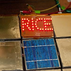 Solarpanel: lässt dank Streichakku Leuchtschrift glühen - (Foto: Rice U.)