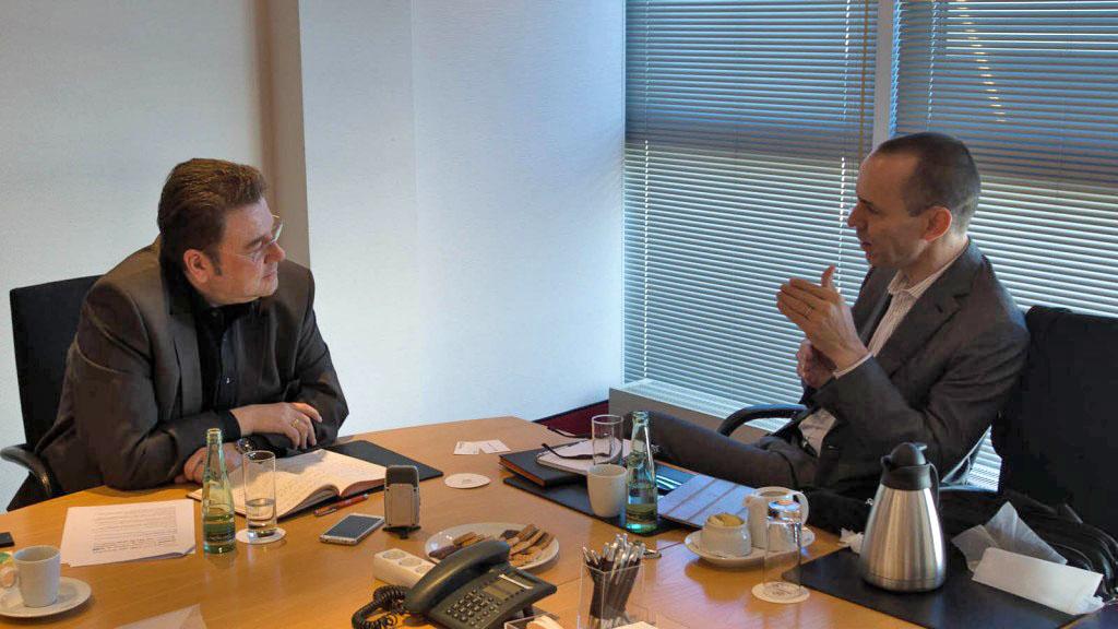 Robert Keane, CEO von Cimpress N.V. (vormals Vistaprint N.V.), im Gespräch mit Bernd Zipper (links).