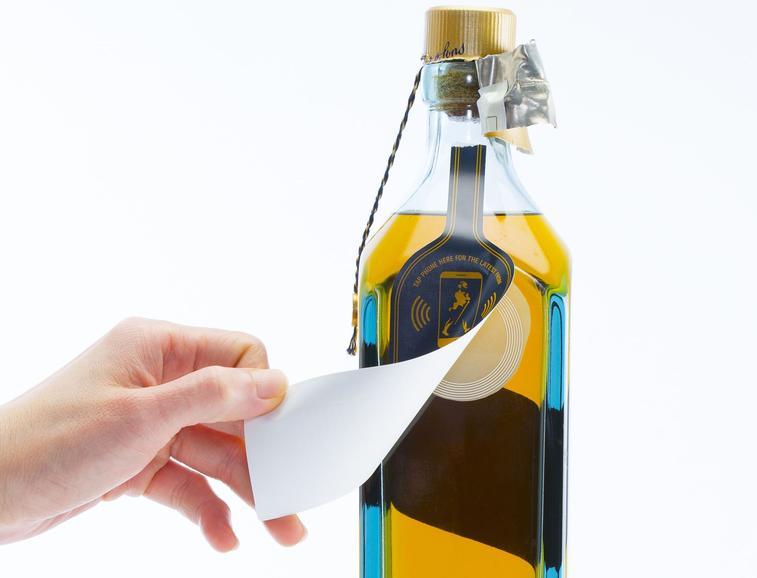 Smart Bottle: Via NFC wissen Konsument (und auch Hersteller?), wann eine Flasche angebrochen wird (Abb.: Thin Film)
