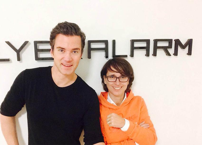 Wibke Thies und Dr. Christian Maaß (v.r.n.l.) - beide Mitglieder der Geschäftsleitung bei Flyeralarm