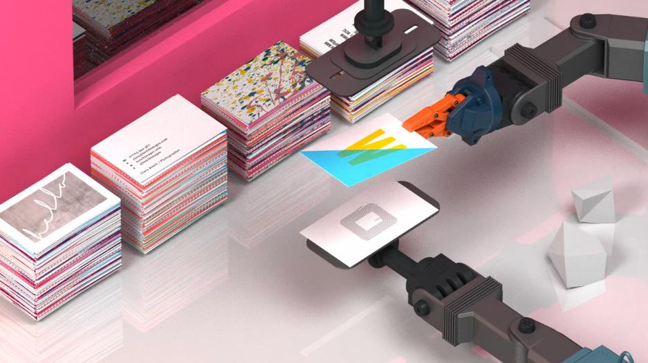 Sandwich: Nicht ganz produktionsnah zeigt dieses Standbild aus einem Moo-Promo-Video das Zusammenfügen zur fertigen NFC-Visitenkarte.