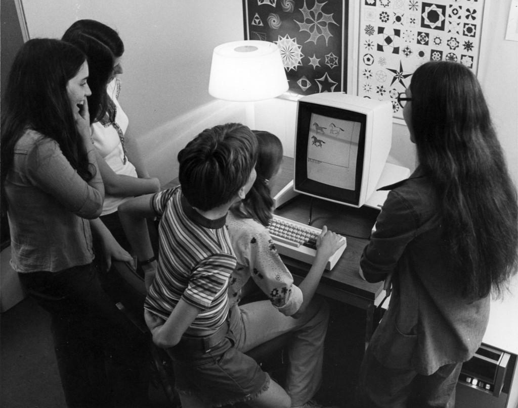 Der Xerox Alto wurde 1973 am Forschungszentrum Xerox PARC entwickelt und war der erste Computer mit einer grafischen Benutzeroberfläche.