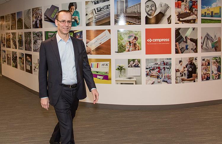 Robert Keane, CEO Cimpress gründete vor 21 Jahren dieses Unternehmen mit dem festen Willen, dass sich jedermann individuelle Produkte leisten können sollte – nicht nur die großen und mächtigen Kunden.