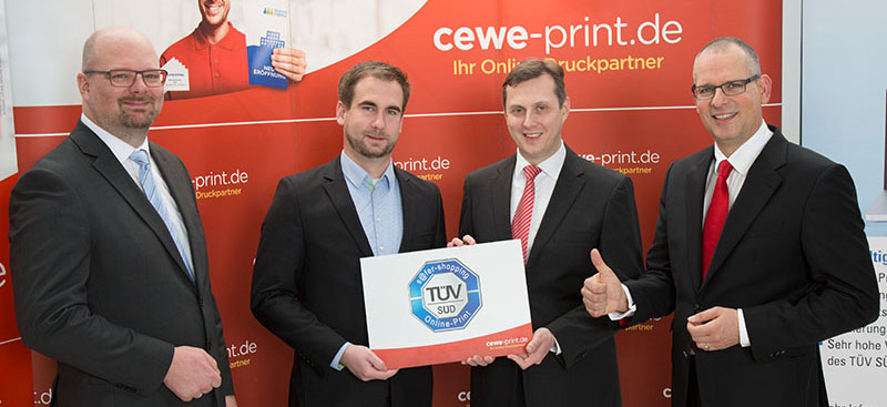 "Zertifikatsübergabe am 25. Januar (v.l.): Arndt Bessing, Geschäftsführer ""cewe-print.de"", Ulrich Wolzenburg, Analyst/Auditor ""praeambel.com"", Jörg Hammermeister, Marketing Manager ""cewe-print.de"", und Marko Hoffmann, TÜV Süd Sec-IT GmbH, Leitung Team Neue Medien."