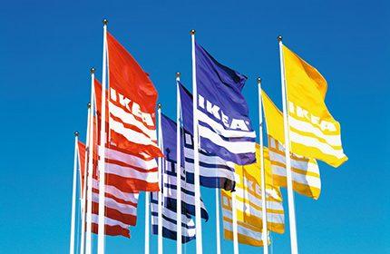 """Mitarbeiter haben Teil am Erfolg des Möbelunternehmens. IKEA Flaggen vor einem Einrichtungshaus. Weiterer Text über ots und www.presseportal.de/nr/29291 / Die Verwendung dieses Bildes ist für redaktionelle Zwecke honorarfrei. Veröffentlichung bitte unter Quellenangabe: """"obs/IKEA Deutschland GmbH & Co. KG/Inter IKEA Systems B.V."""""""